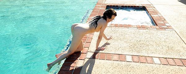 Aiden Ashley w basenie