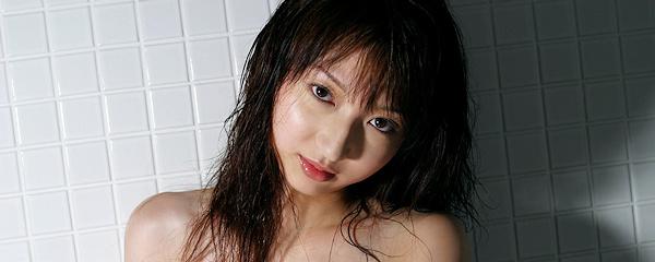 Airu Kaede w łazience