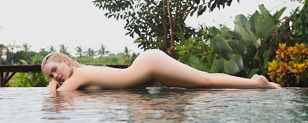 Alana Wolfe – Stylowy basen w ogrodzie