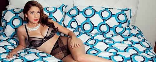 Ali Rose na łóżku