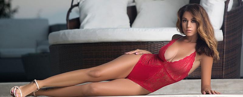 Ali Rose w czerwonym body
