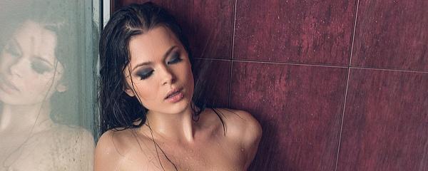 Alina Mayer w bieliźnie pod prysznicem