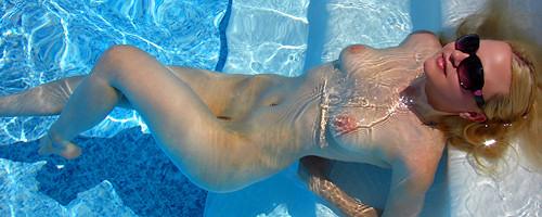 Alisa Kiss opala się przy basenie