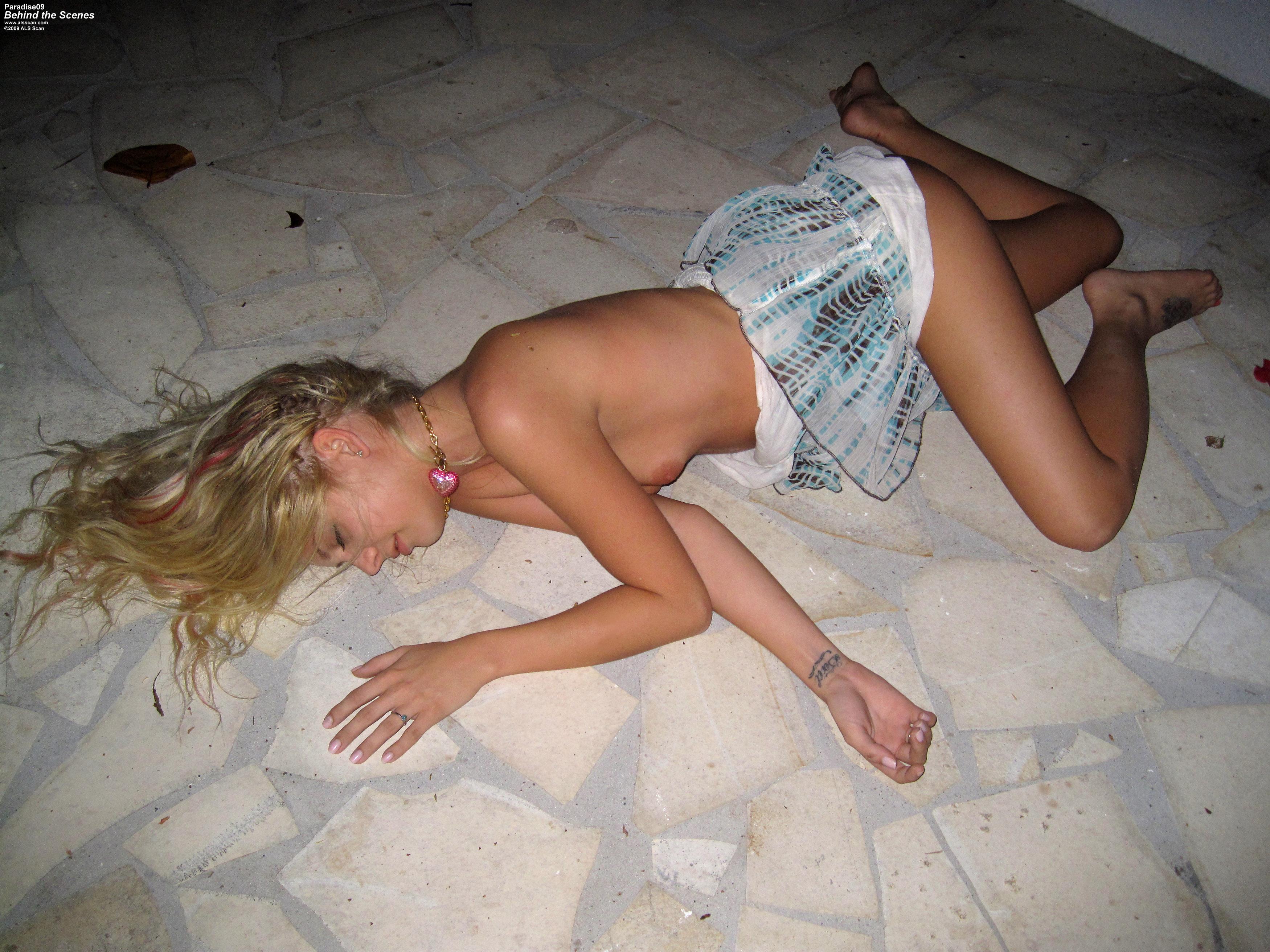 Фото телки спящие и пьяные 13 фотография