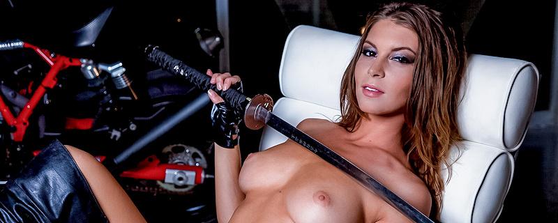Amber Sym – Niebezpieczna motocyklistka