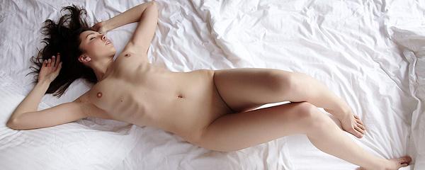 Anita naga na łóżku