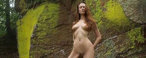 Anna Leah na skałach w lesie