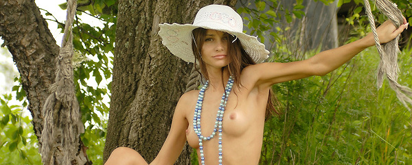Anya w plażowym kapeluszu