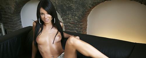 Ashley Bulgari na skórzanej kanapie