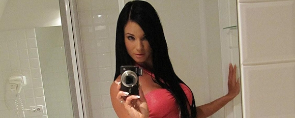 Ashley Bulgari – Przed lustrem w łazience