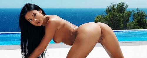 Ashley Bulgari przy basenie