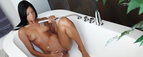 Ashley Bulgari w wannie