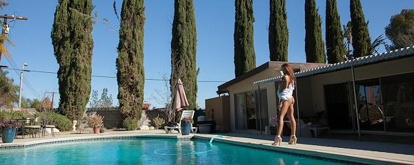 August Ames przy basenie