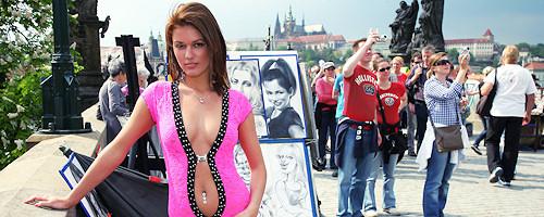 Becca nago na moście Karola w Pradze