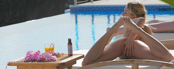 Blue Angel – Słoneczne kąpiele przy basenie
