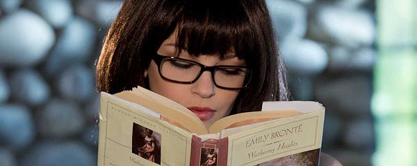 Bree Daniels zaczytana w lekturze