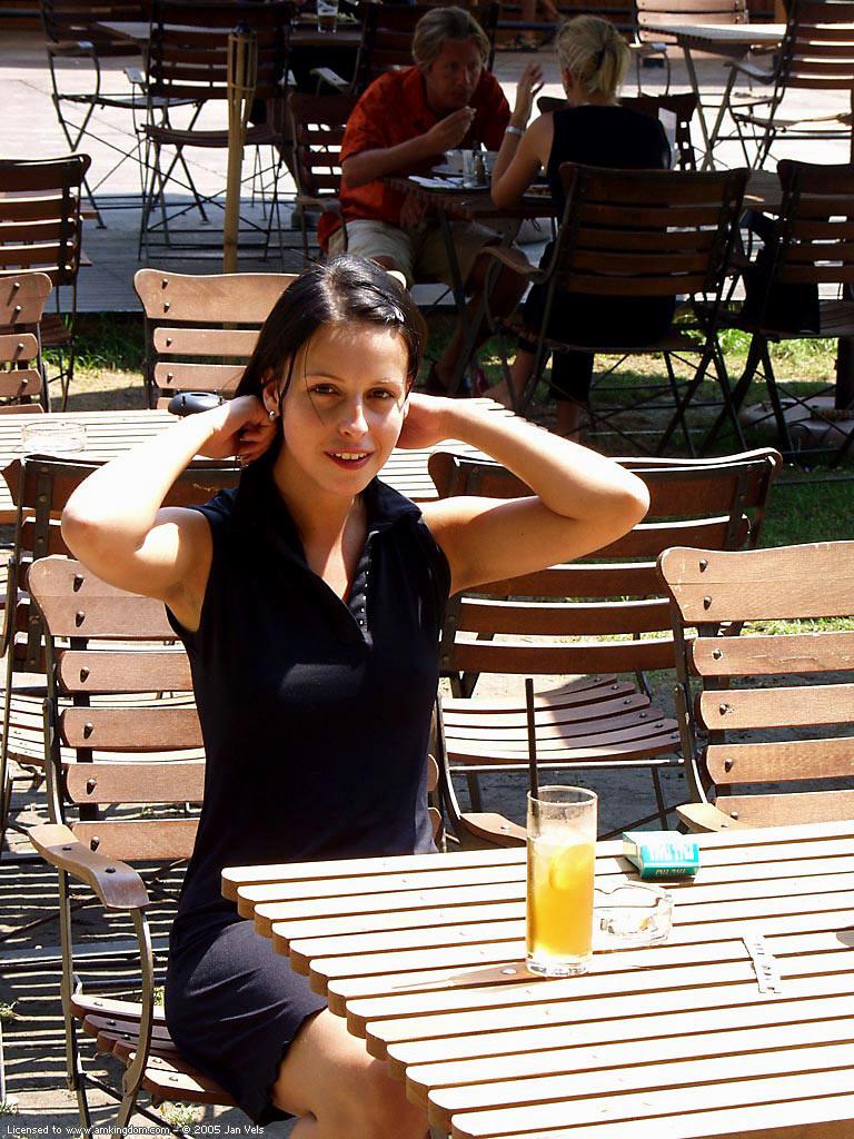 brunette-naked-in-public-01