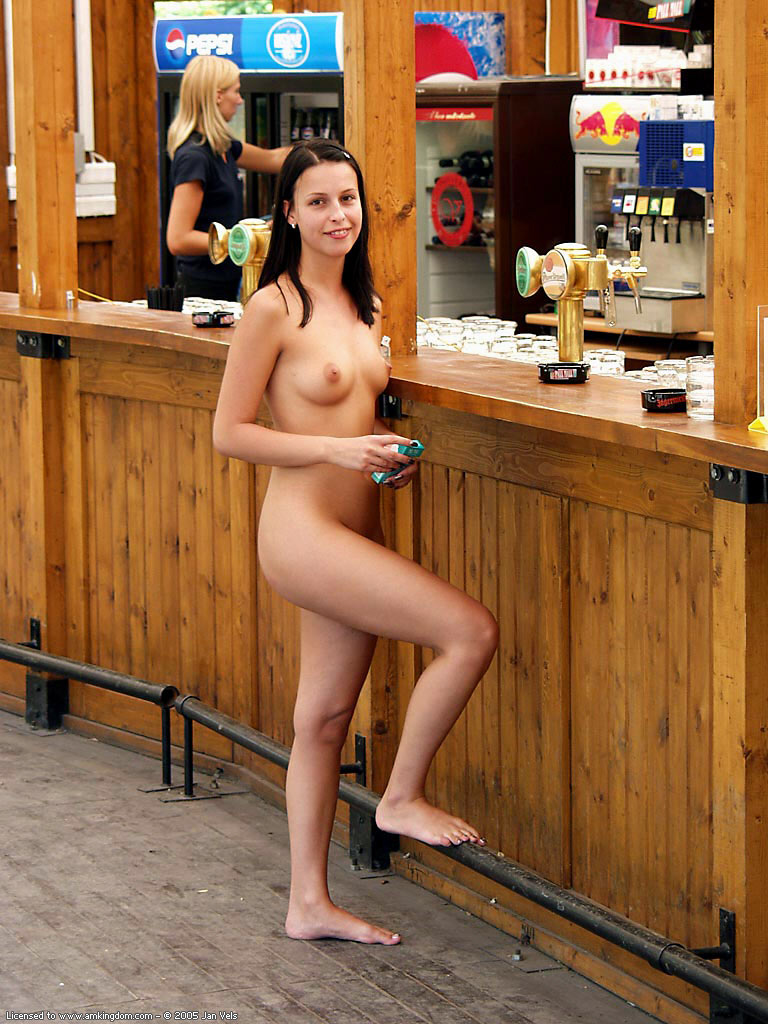 brunette-naked-in-public-02