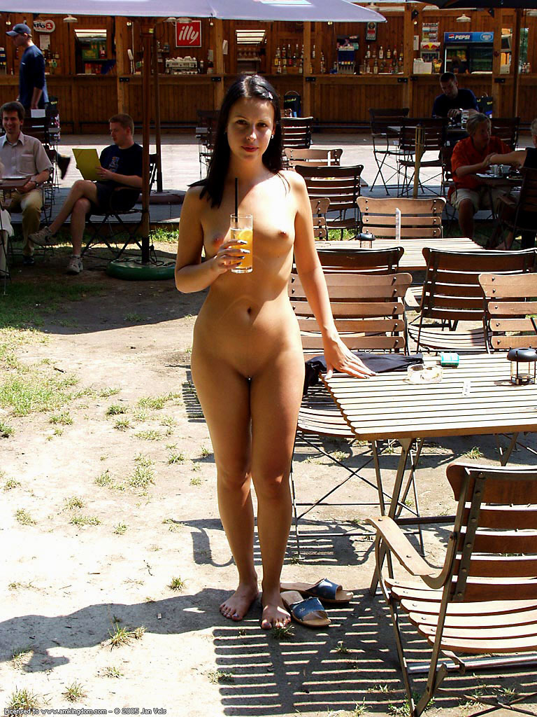 brunette-naked-in-public-03