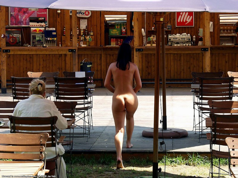 brunette-naked-in-public-04