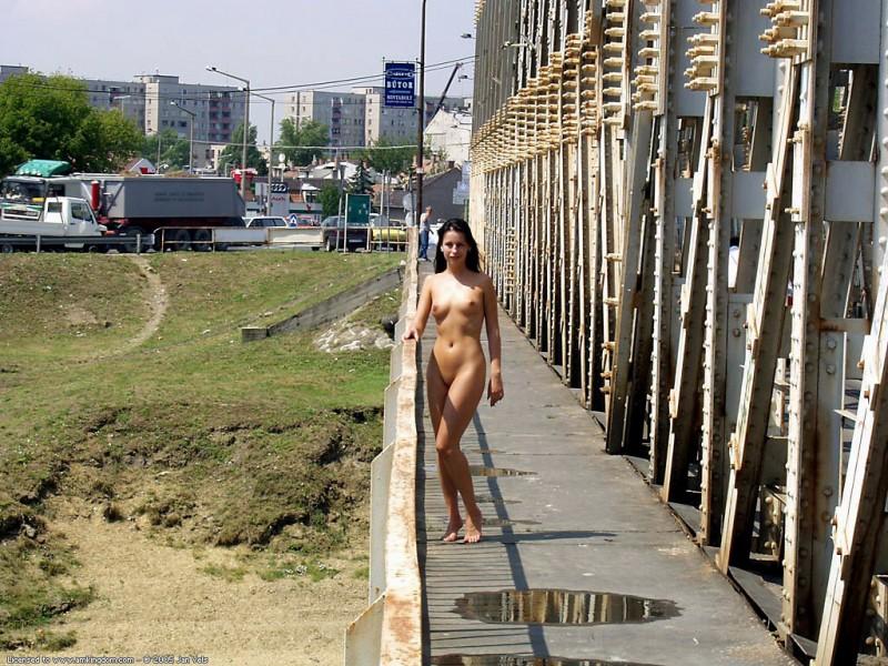 brunette-naked-in-public-07