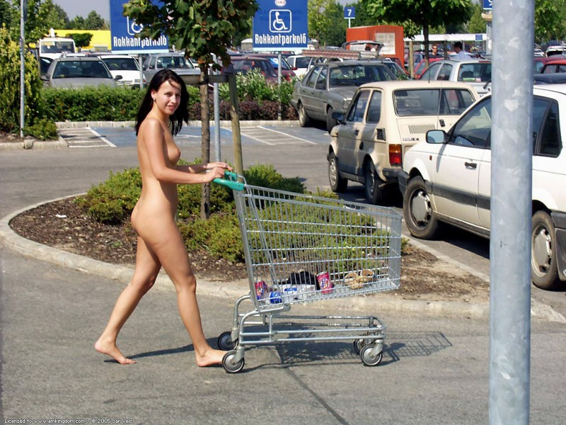 brunette-naked-in-public-09