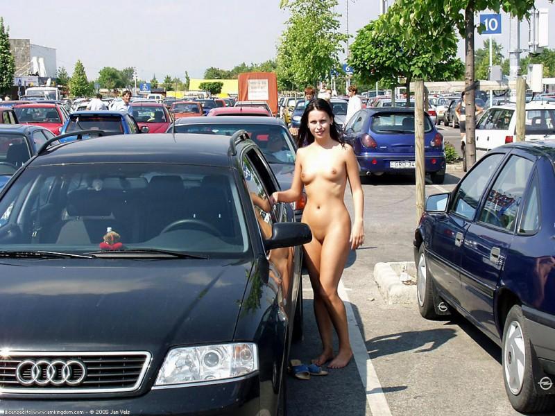 brunette-naked-in-public-10
