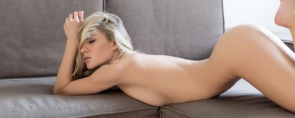 Candice rozbiera się na sofie