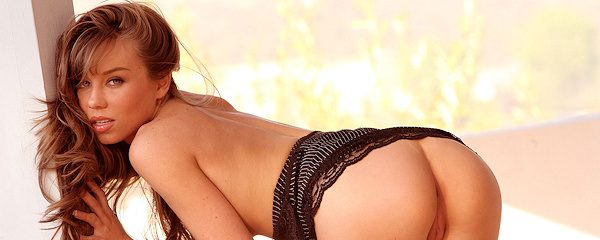 Capri Anderson pozuje na krześle