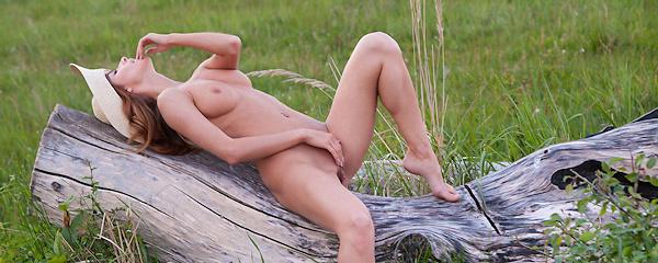 Cara Mell na zielonej polanie