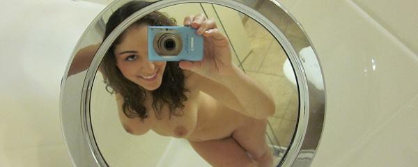 Carlotta Champagne – Selfie w łazience