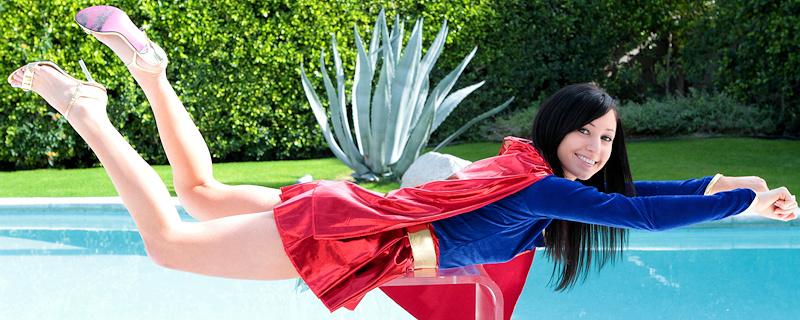 Catie Minx jako Supergirl