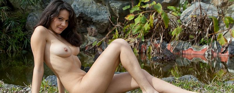 Chiara w ogrodzie z oczkiem wodnym