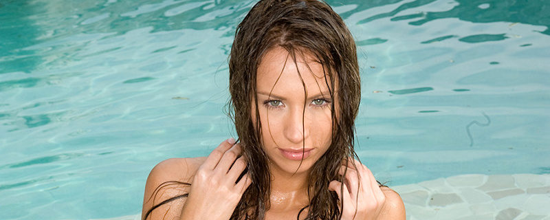 Cindy – Kąpiel w basenie