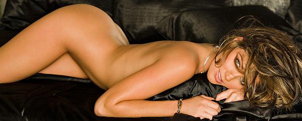 Crystal McCahill w czarnej pościeli