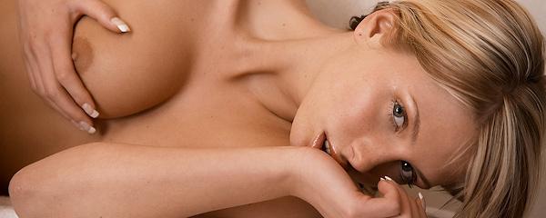 Denisa Brazdova w łazience