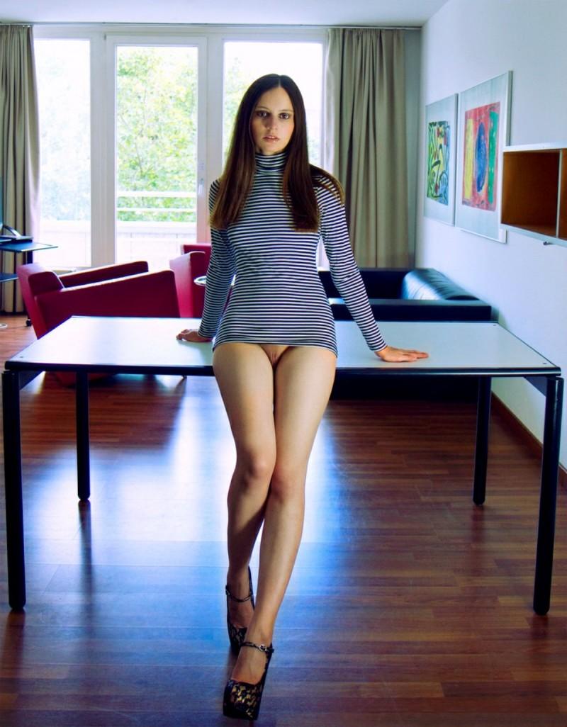 Засвет девушек под юбкой без трусов 30 фото  Женские письки