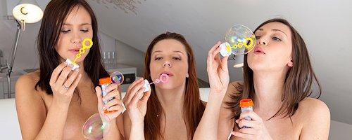 Dziewczyny puszczają bańki mydlane