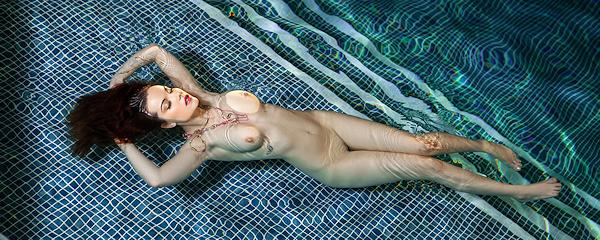 Elizabeth Marxs – Nocna kąpiel w basenie