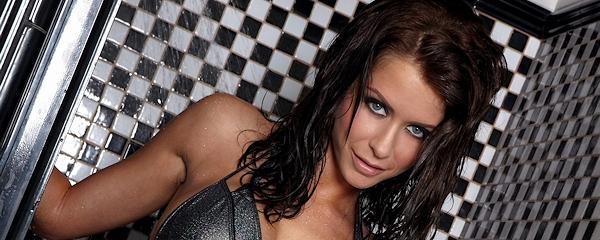 Emily Addison w bikini pod prysznicem
