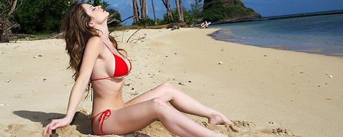 Emily Addison w czerwonym bikini na plaży