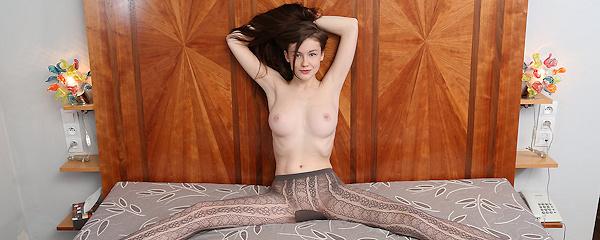 Emily Bloom w brązowych rajstopach
