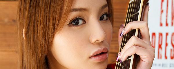 Emiri Okazaki – Dziewczyna z gitarą