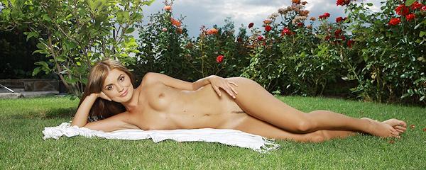 Evilina na trawniku w ogrodzie