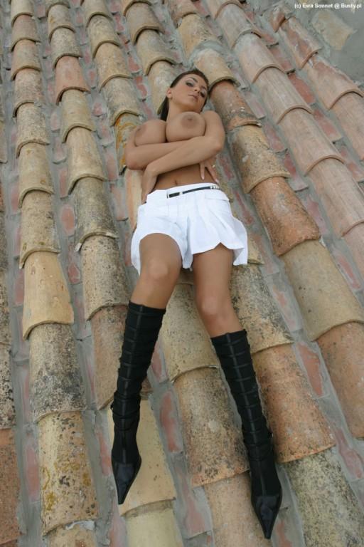 Ewa Sonnet nago na dachy