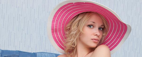 Feeona w różowym kapeluszu