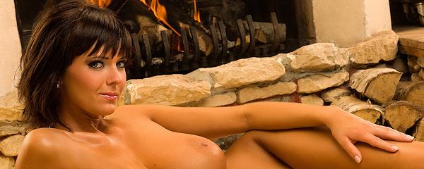 Gabrielle przed kominkiem