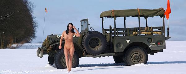 Gwen i wojskowy jeep