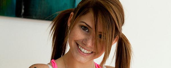 Hailey Leigh w kolorowych skarpetkach