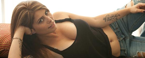 Hailey Leigh w podartych jeansach